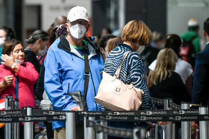 Passengers use face m (31437644)