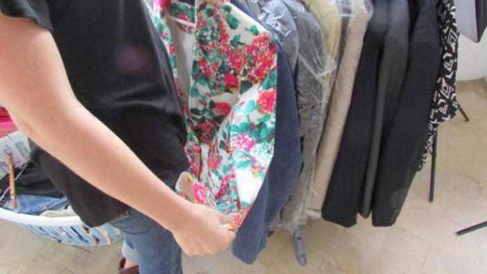 Las prendas de segunda mano son tratadas antes de salir a la venta.