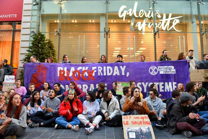 Activistas protestan contra el black friday