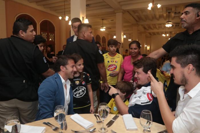 Jóvenes y adultos esperan un turno para tomarse una foto con Alessandro Del Piero.