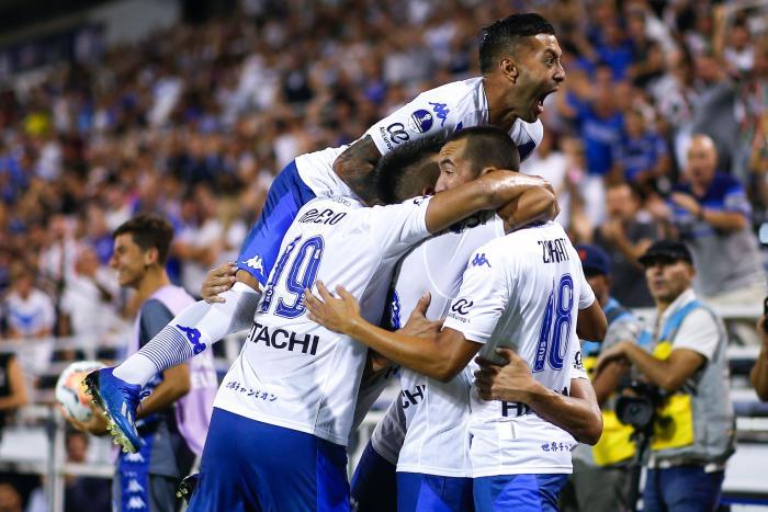 El equipo argentino aprovechó la expulsión del jugador ecuatoriano para llegar al área y facturar un gol.