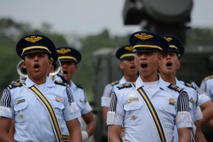 Los oficiales entonan una canción en honor a la batalla del Cenepa.