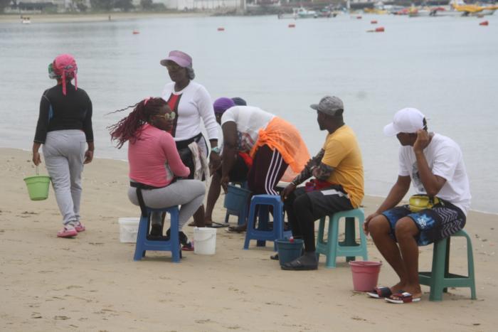 vendedores en la playa