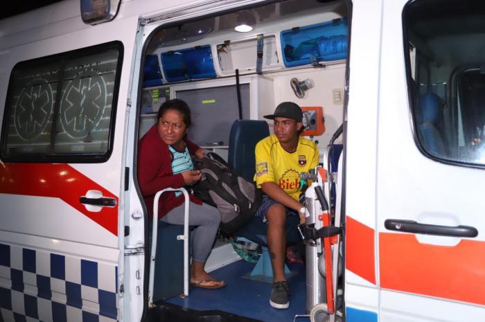Los jóvenes fueron trasladados en una ambulancia.