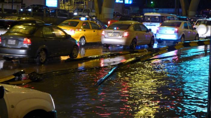 Estructura metálica que separa carriles obstaculiza el tráfico en medio aguacero en av. Pedro Menéndez