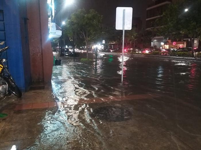 Las calles de Urdesa se vieron anegadas por la lluvia.
