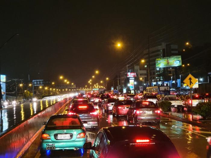 Tráfico en la avenida del Bombero. La congestión vehicular duró más de una hora.