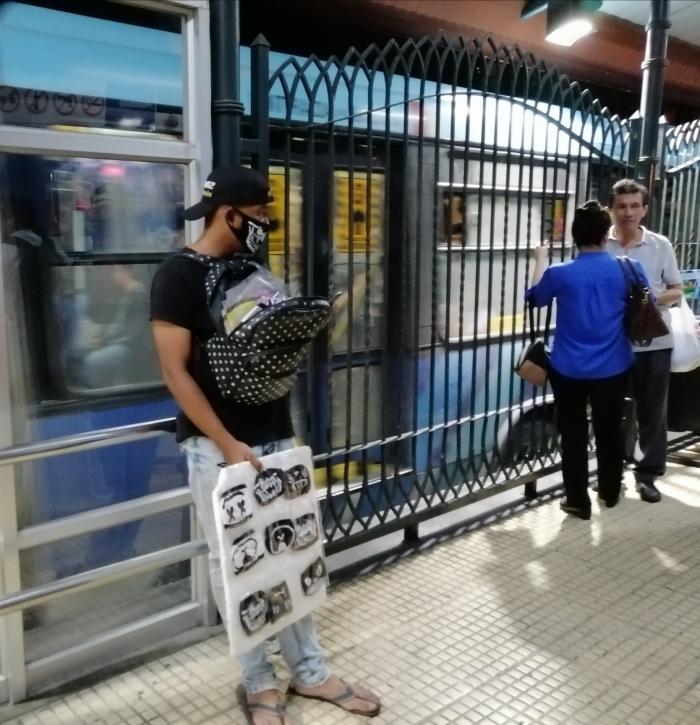 vende mascarilla en la Metrovía