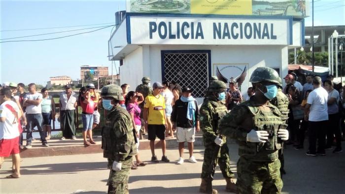 Con vallas metálicas, la Policía y el Ejército cerró el Puentes Internacional entre Perú y Ecuador.