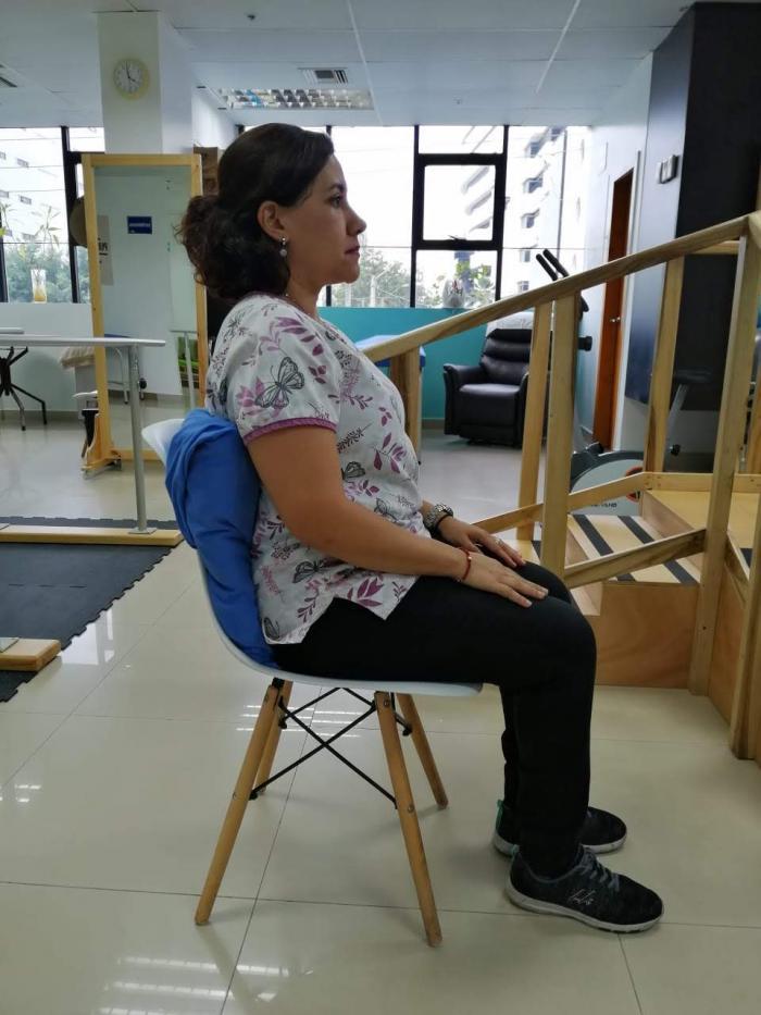 Mujer sentada en silla