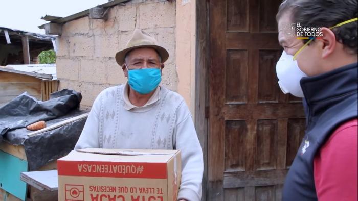 Sebastián Roldán entre cajas con alimentos