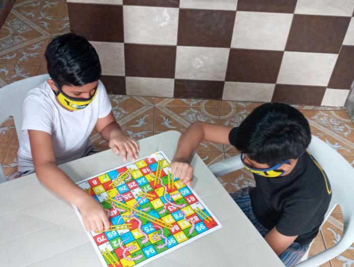 niños juegan con mascarilla puesta