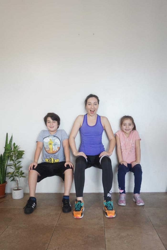 Niños y mamá haciendo actividad física.