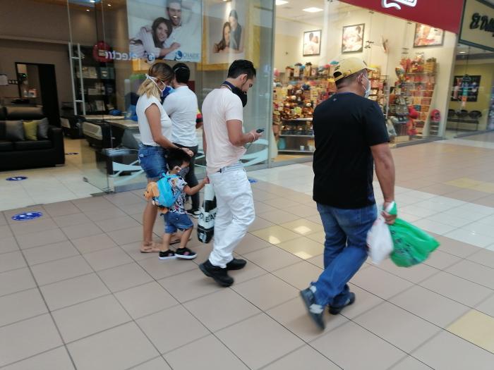 sin mascarillas en un centro comercial