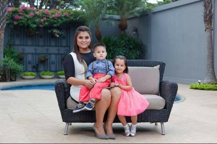 Merlyn Ochoa con sus hijos.