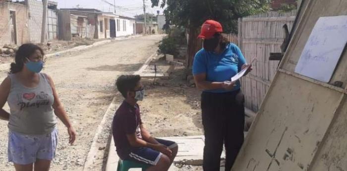 La profesora da clases en los exteriores de la casa para evitar el contagio de coronavirus.