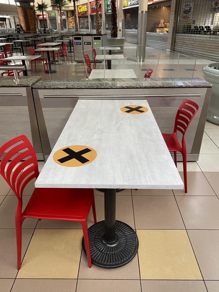 En el Mall del Sur, las señaléticas son obligatorias para el distanciamiento social.