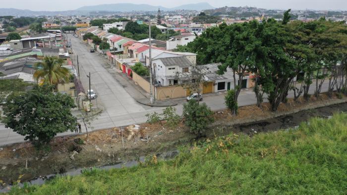 Canal. El mal olor del canal de aguas lluvias que pasa a un costado de la calle 21 noroeste, por las etapas 5 y 6 de Samanes, es uno de los problemas.