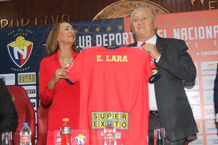 Lucía Vallecilla, presidenta del club militar, dio la bienvenida al estratega colombiano.
