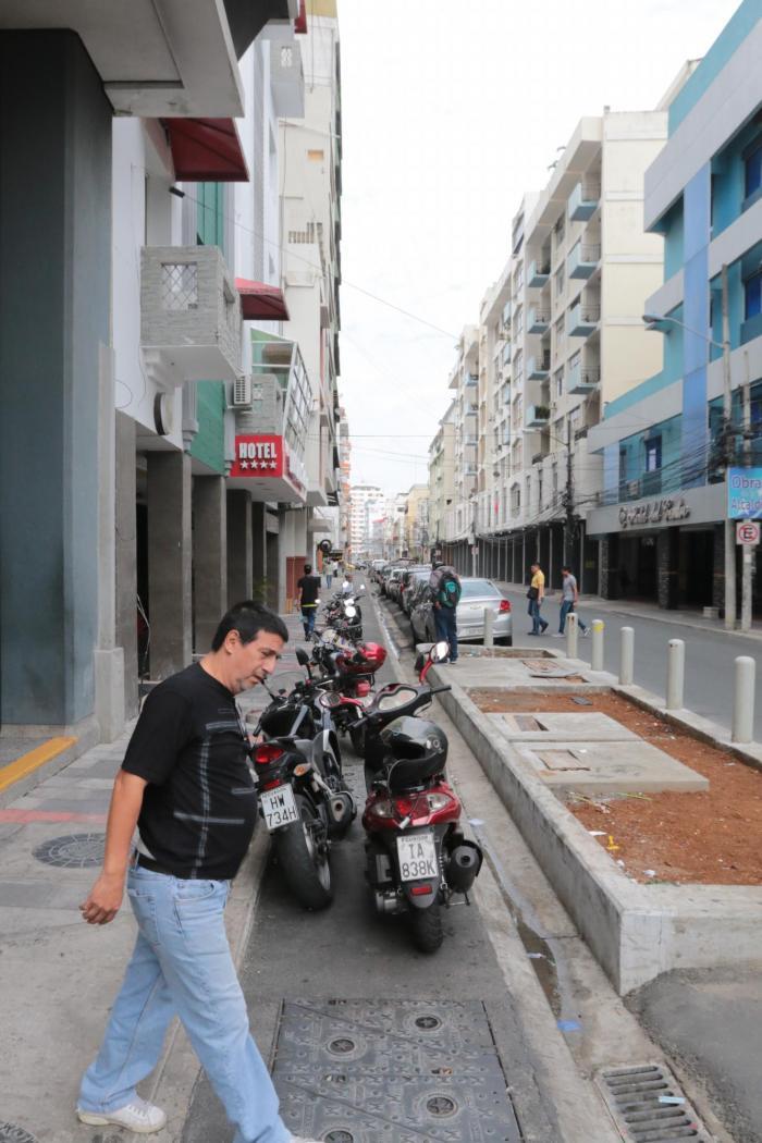 Según el Cabildo, existen 60 kilómetros de ciclovías. Muchas, como las de la foto, son usadas como parqueos. Otras como la de la vía a la costa, presentan numerosos daños.