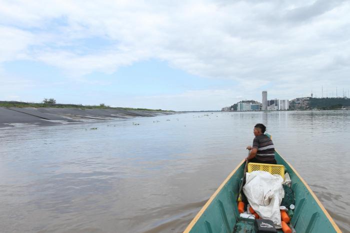 Obra. Los trabajos de retiro de sedimentos del río Guayas, por el islote El Palmar, deberán esperar.