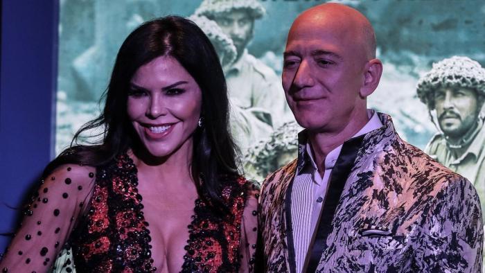Jeff Bezos junto a su novia