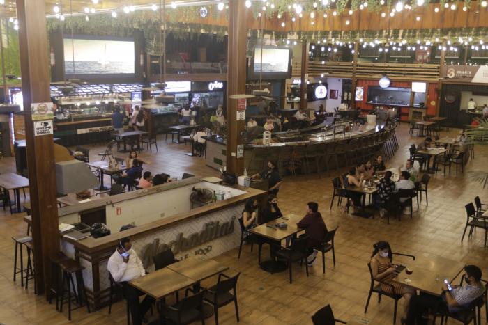 Algunas cafeter{ias y restaurantes sientes la reactivación pese a la poca clientela.