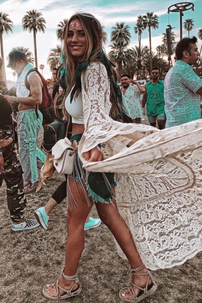 Chica con falda y kimono