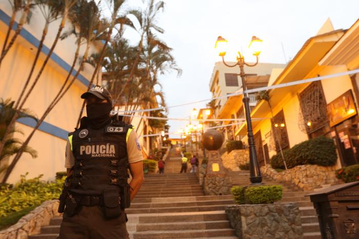 Un policía, a la entrada de las escalinatas. Seis efectivos cuidan la zona.