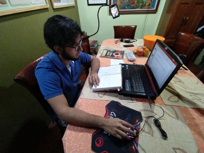 Educación virtual_Estudiante dando examen_2020