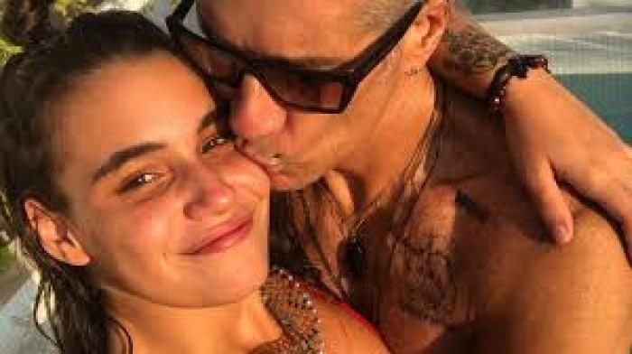 Fernando Carrillo con su novia.