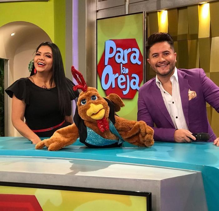 Priscilla Tomalá con el gallo Lucas y Jorge Heredia.
