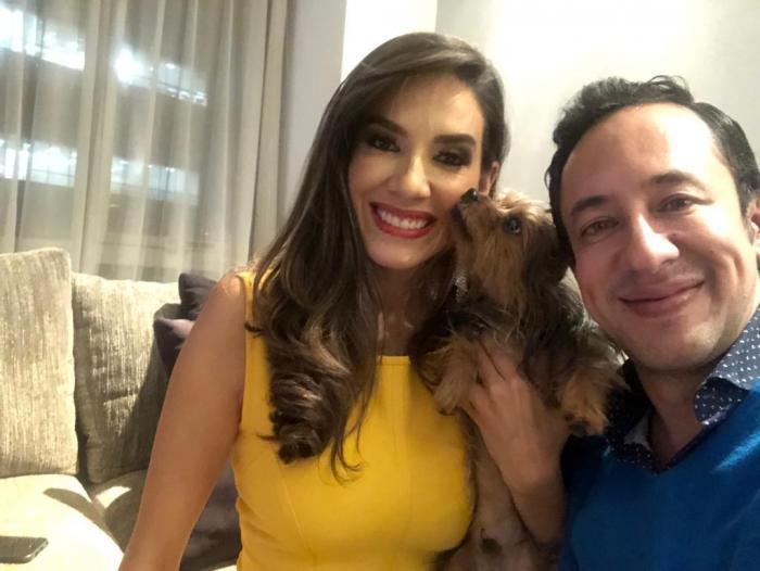 César Escalante junto a su novia y mascota.
