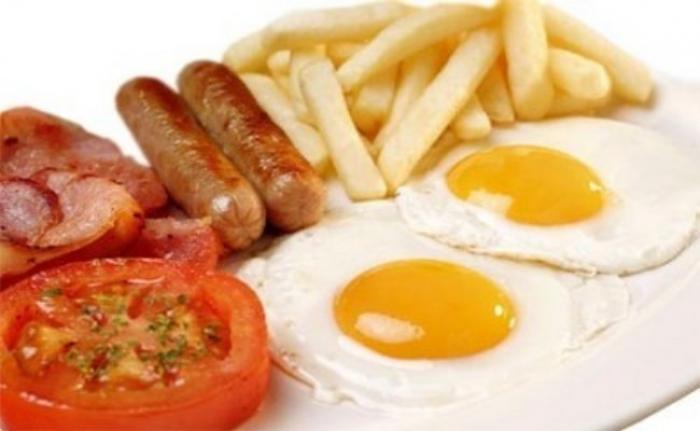 Huevos, salchichas y papas fritas