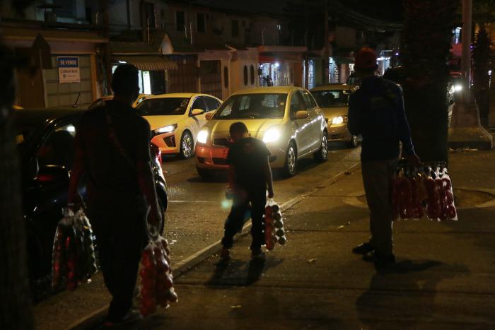 Los menores que trabajan en las calles se arriesgan a ser arrollados por los vehículos.