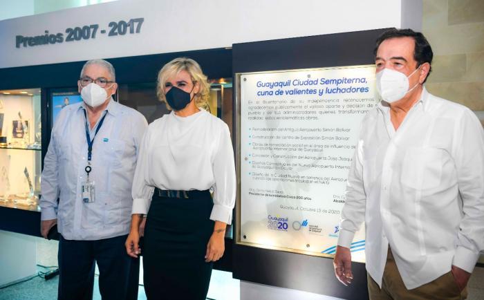 El gerente de la Autoridad Aeroportuaria, Nicolás Romero, la alcaldesa Cynthia Viteri y el exalcalde Jaime Nebot.