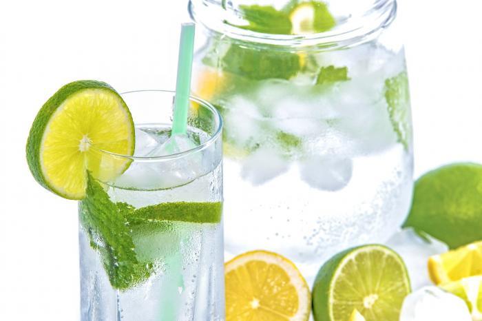 Jarra de agua con rodajas de limón