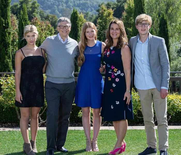 Bill Gates junto a esposa e hijos.