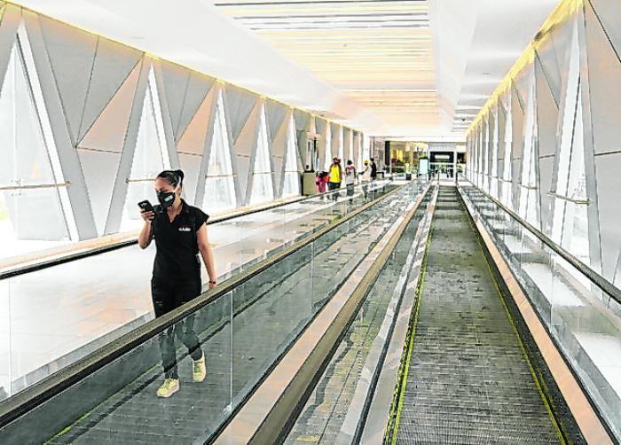 El puente peatonal tiene transportadoras, para una mayor comodidad de sus visitantes.
