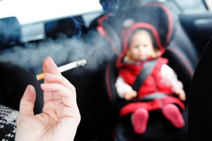 Jamás  fume si hay un infante presente