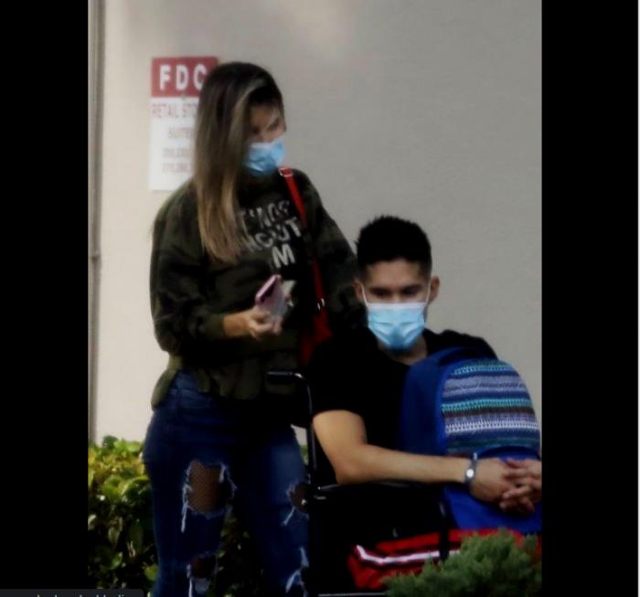 Chyno saliendo del hospital el 13 de noviembre.
