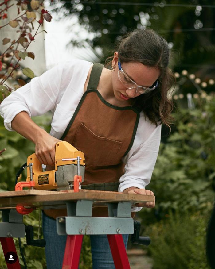 Paulina Arnés realiza estudios en carpintería