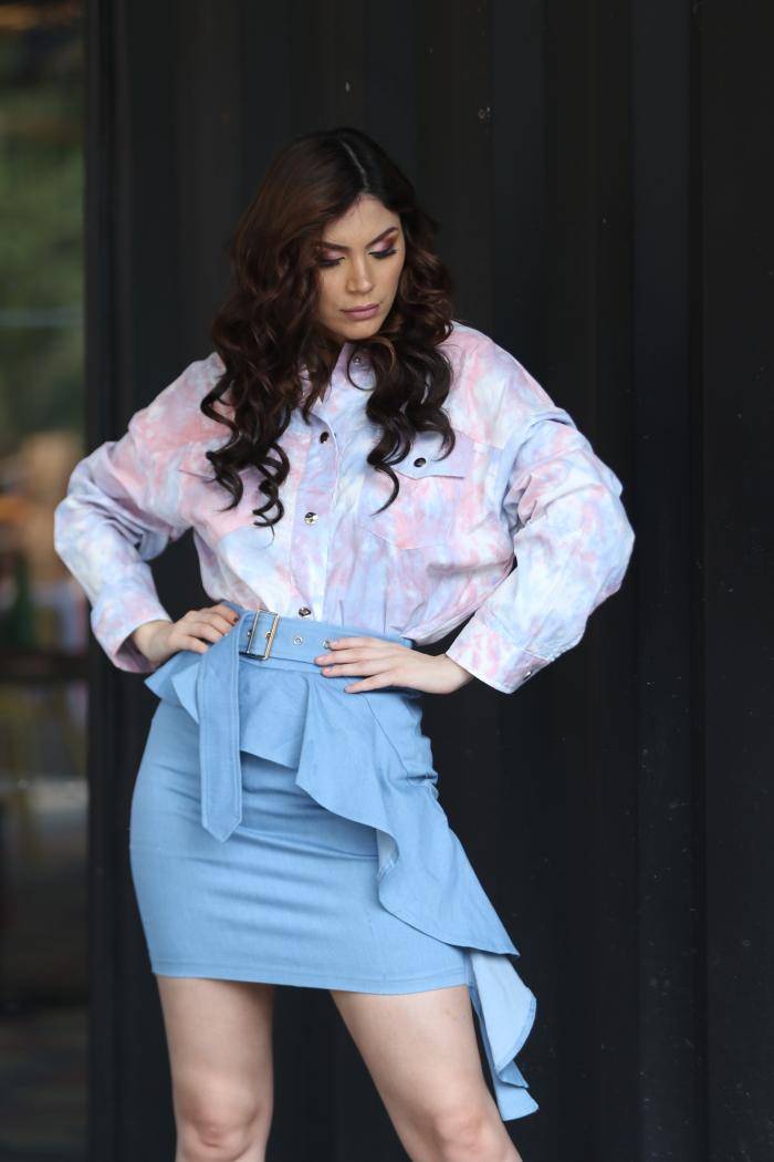 Ámar Pacheco combina una blusa estampada con minifalda