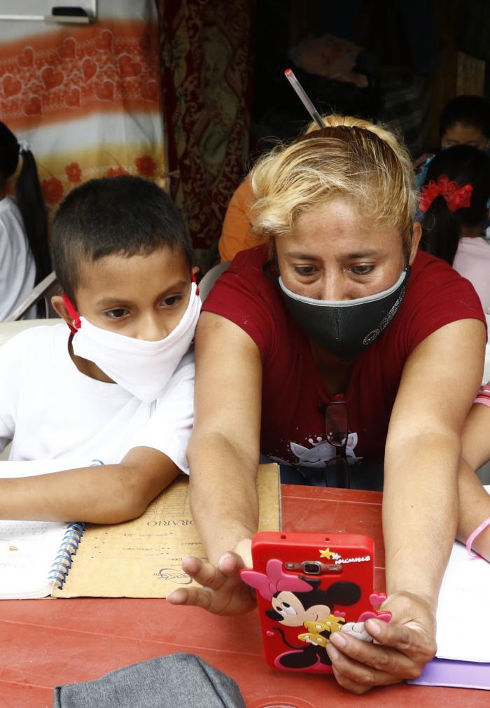Beatriz Menoscal, la profesora que con su teléfonop celular dio clases a 42 niños.