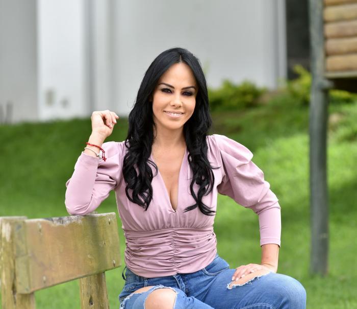 Marcela Holguín trabajo en Ecuavisa, Teleamazonas y Gamavisión.