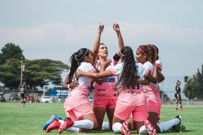 Fernanda Vásconez y sus compañeras de fútbol