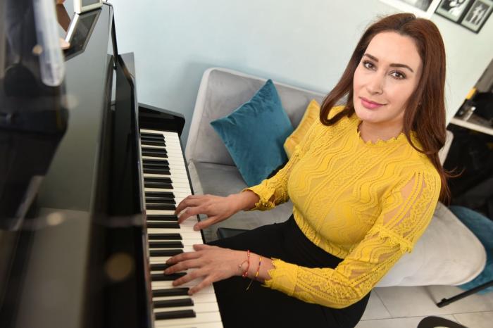 Marjorie Chávez toca el piano.