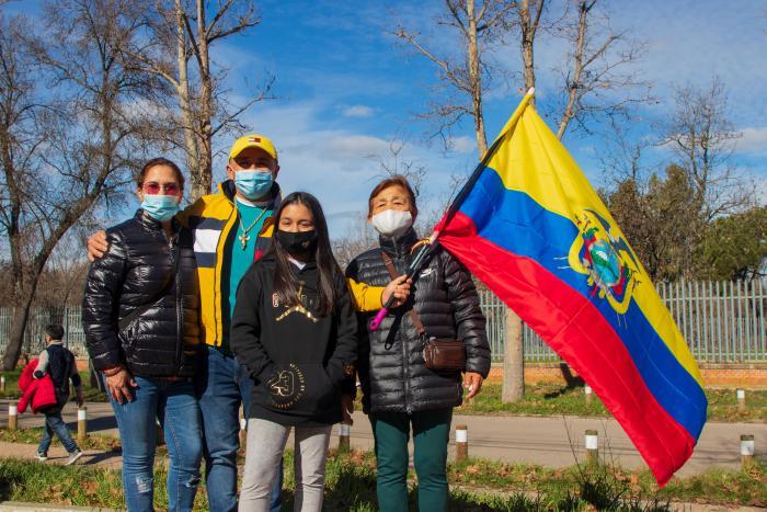 Ecuatorianos acuden en familia a las votaciones.