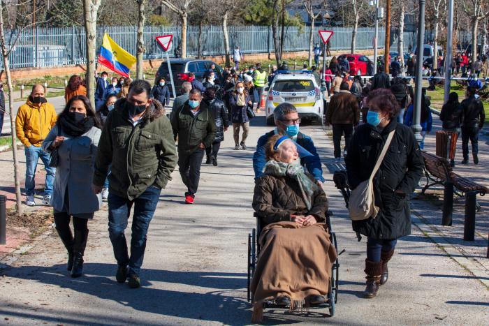 Ecuatorianos han llegado a votar desde muy temprano, aunque no en las cantidades que lo han hecho otros años.