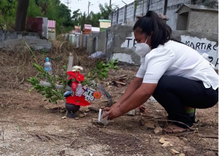 Algunos fallecidos que recibieron un lugar en el cementerio municipal del suburbio para enterrar a sus familiares, como Rita Baque, aún no tienen una tumba construida.
